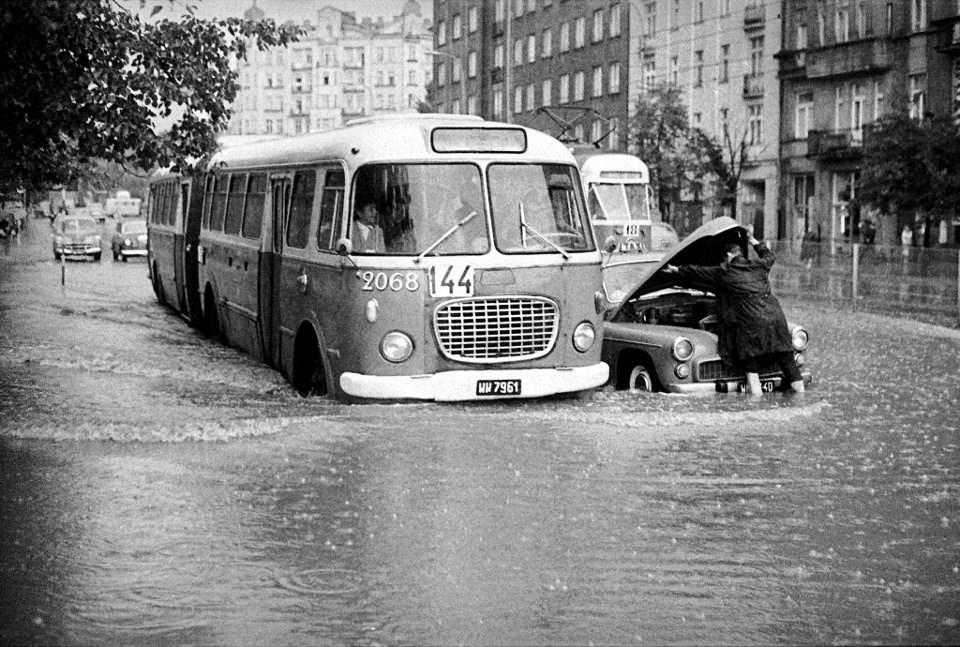 Oberwanie chmury na Puławskiej w lipcu 1968 r. Przegubowy Jelcz ogórek na trasie linii 144, która kursowała na Mokotów przez 38 lat (Fot. Zbyszko Siemaszko)